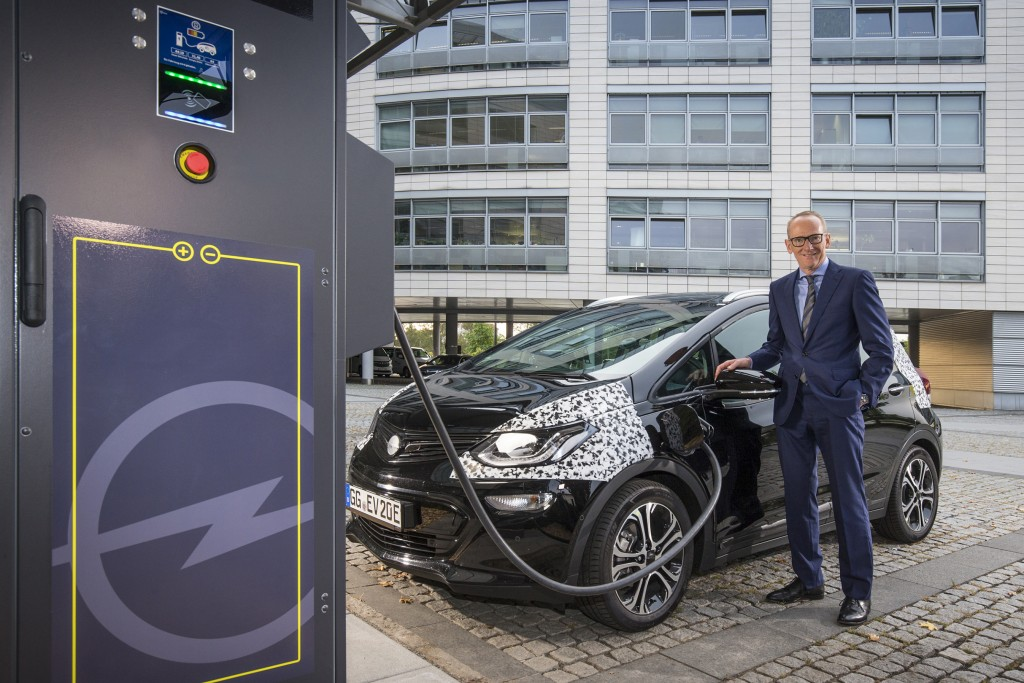 Top-level testing: Opel Group CEO Dr. Karl-Thomas Neumann tries the new 50 kW DC fast-charger located in front of the company headquarters in Rüsselsheim.