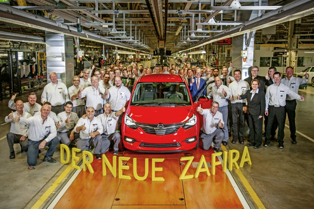 Great start: The first new Opel Zafira has driven off the production line in Opel's Rüsselsheim plant with Opel CEO Dr. Karl-Thomas Neumann, Vice President Manufacturing Phil Kienle and Plant Manager Michael Lewald in attendance.