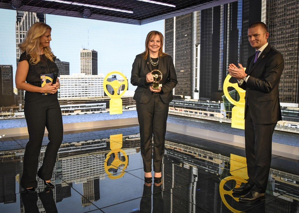 Golden Steering Wheel 2016: GM Chairman and CEO Mary Barra (center) with presenter Barbara Schöneberger (left) and Jan Bayer, Member of the Executive Board at Axel Springer SE (right).
