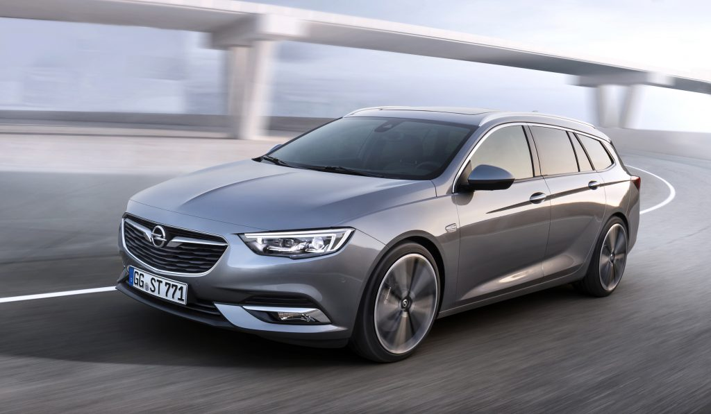 Clear lines: The Opel blade characterizes the side of the new Opel Insignia Sports Tourer. The sweeping chrome between windows and roof makes the wagon look even more dynamic.