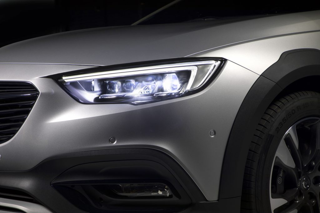 Slim, elegant and as bright as day: The headlights of the Opel Insignia Country Tourer with a total of 32 LED elements (16 on each side) adapt the light-beam precisely and without glare to each traffic situation.