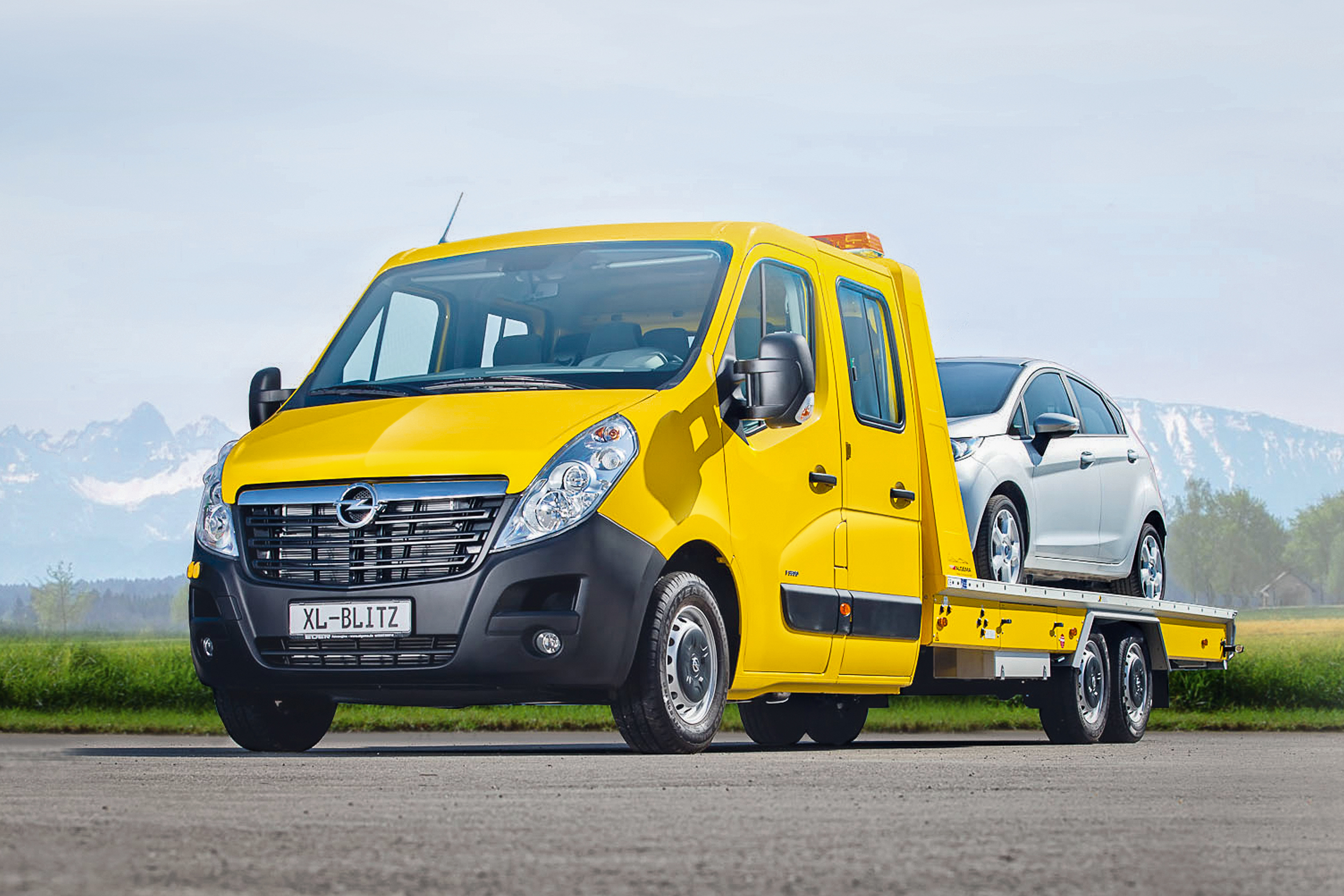 Certified conversion: Algema Blitzlader car transporter based on an Opel Movano.